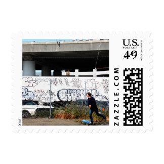 Patín cerca timbre postal