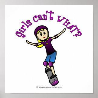 Patinador ligero del chica con el casco póster