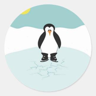 Patinaje de hielo del pingüino etiqueta redonda