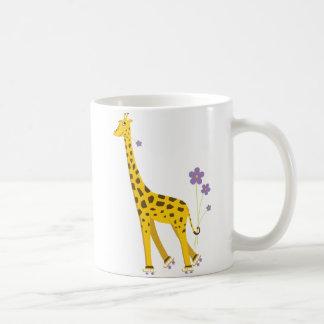 Patinaje sobre ruedas divertido de la jirafa taza clásica