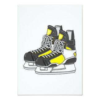 Patines amarillos del hockey sobre hielo invitacion personal