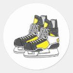 Patines amarillos del hockey sobre hielo etiqueta redonda