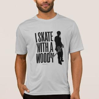 Patino con un Woody Playera