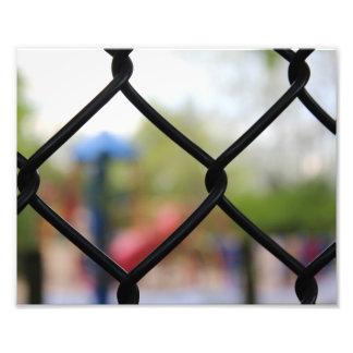 Patio a través de una cerca de la alambrada fotografías