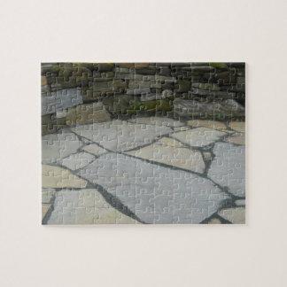 Patio con rompecabezas de la pared de piedra con