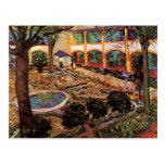 Patio del hospital en Arles de Van Gogh Postales