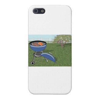 Patio trasero con la cerca, el árbol y la parrilla iPhone 5 protectores