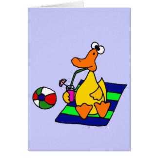 Pato amarillo divertido en la playa tarjeta de felicitación