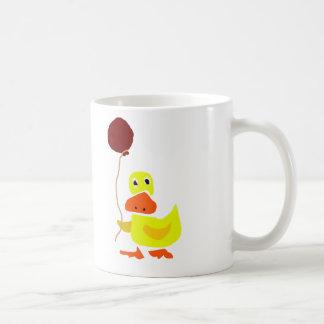Pato amarillo divertido que sostiene el globo rojo taza de café