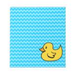 Pato amarillo en ondas de la aguamarina bloc de papel