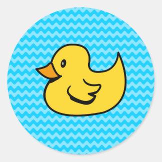 Pato amarillo en ondas de la aguamarina pegatina redonda