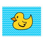 Pato amarillo en ondas de la aguamarina postales