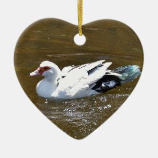 Pato blanco adorno navideño de cerámica en forma de corazón