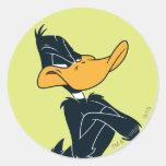 Pato de Daffy con los brazos cruzados Etiquetas Redondas