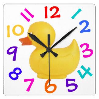 Pato de goma con el reloj colorido de los números