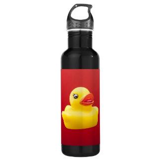 Pato de goma contra la botella de agua roja