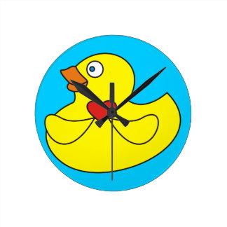 Pato de goma del dibujo animado lindo con un reloj