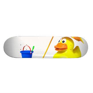 Pato de goma en la playa tabla de patinar