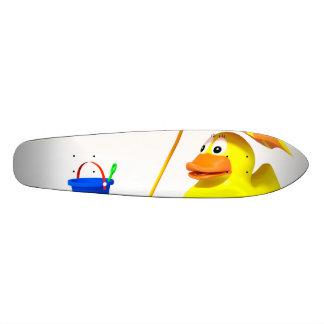 Pato de goma en la playa patines