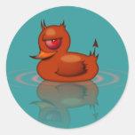 Pato de goma malvado etiquetas redondas