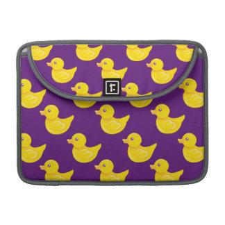 Pato de goma púrpura y amarillo, Ducky Fundas Macbook Pro