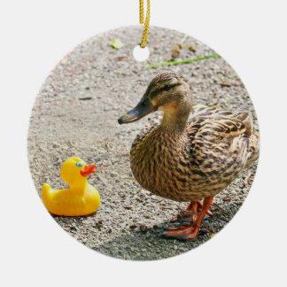 Pato de goma y pato de la madre adorno navideño redondo de cerámica