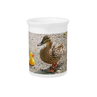 Pato de goma y pato de la madre jarras para bebida