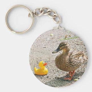 Pato de goma y pato de la madre llavero redondo tipo pin