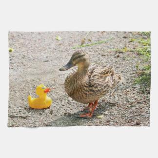 Pato de goma y pato de la madre toalla de mano