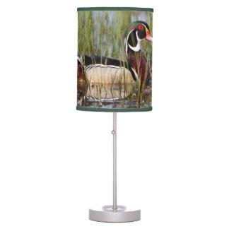 Pato de madera en humedal lámpara de mesa