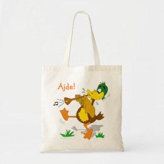 Pato del dibujo animado que juega la bolsa de asas