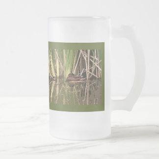 Pato del Wigeon y taza de las cañas