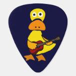 Pato divertido que juega la púa de guitarra de la
