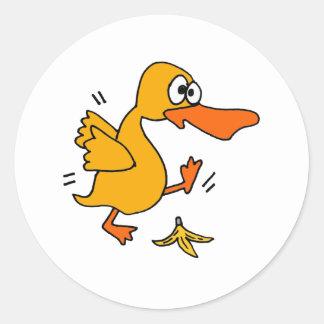 Pato divertido XY que se desliza en dibujo animado Pegatina Redonda