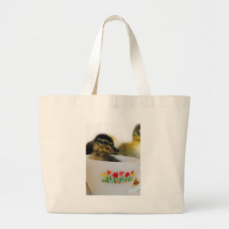 Pato en una taza de té bolsa