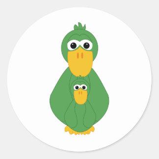 Pato y bebé verdes torpes etiqueta redonda