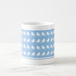patos azules en taza del té de la fila