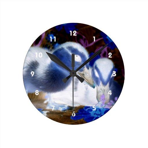 Patos azules y blancos fantasmagóricos del bebé relojes