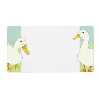 Patos blancos que casan la etiqueta de dirección