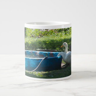 Patos blancos y una taza de la especialidad de la  taza grande