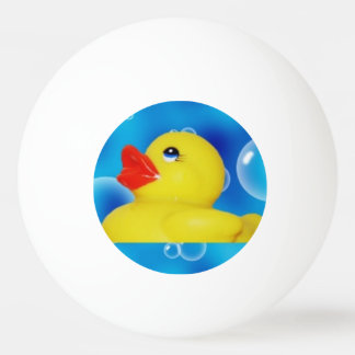 Patos de goma amarillos lindos que flotan en pelota de ping pong