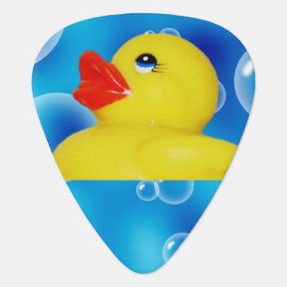 Patos de goma amarillos lindos que flotan en plumilla de guitarra