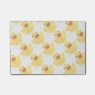 Patos de goma amarillos post-it nota