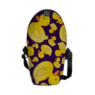 Patos de goma púrpuras lindos bolsa de mensajeria
