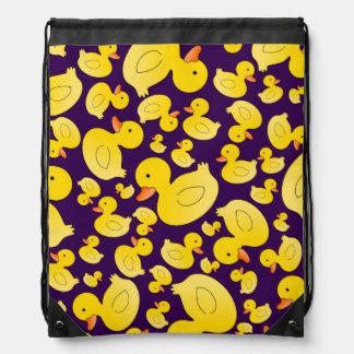 Patos de goma púrpuras lindos mochila
