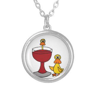 Patos divertidos con la copa de vino roja colgante redondo