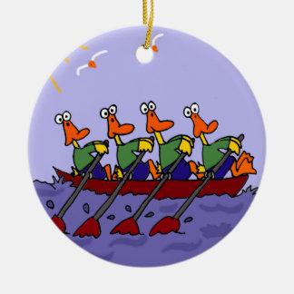 Patos divertidos en un dibujo animado de la fila adorno navideño redondo de cerámica