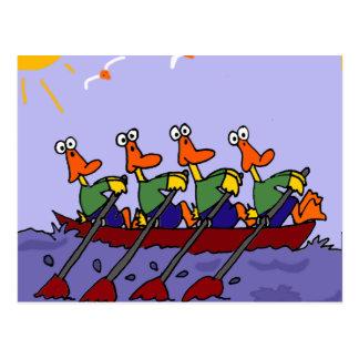 Patos divertidos en un dibujo animado de la fila postales