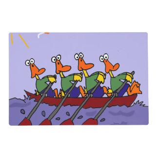 Patos divertidos en un dibujo animado del barco de tapete individual