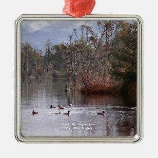 Patos en el lago empire adorno navideño cuadrado de metal